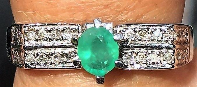 Smaragd og Diamant Ring i 18 Karat Hvidguld.
