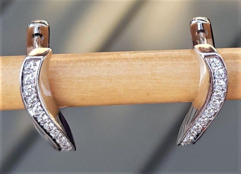 Kurvede Diamant Øreringe i 14 Karat Hvidguld m. Total 0,20 carat.