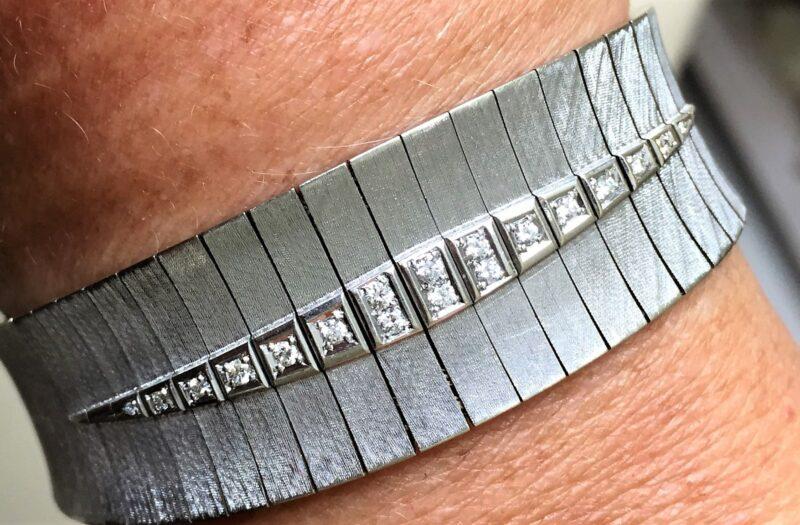 Armbånd i Satineret Hvidguld på 67,8 g. m. i alt 0,25 carat Diamanter.