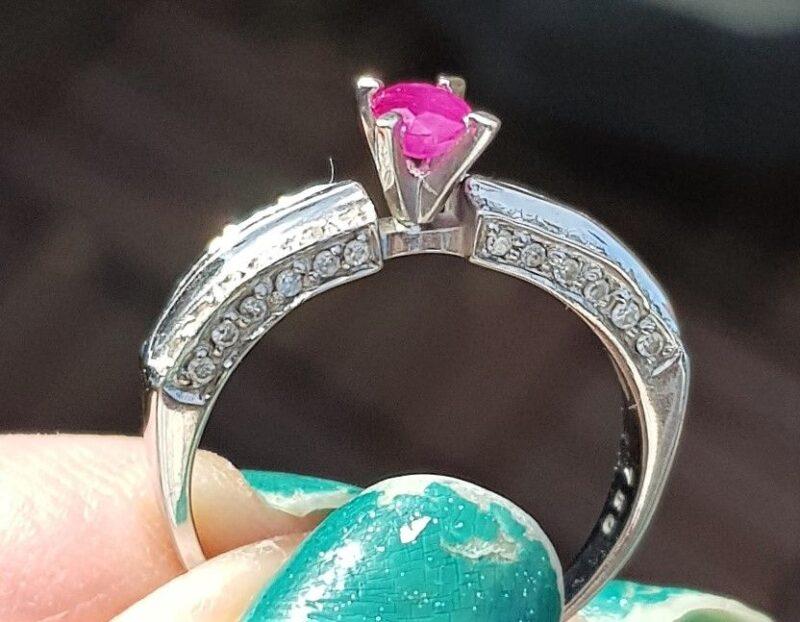 Oval Rubin Ring m. Diamanter i 18 Hvidguld.