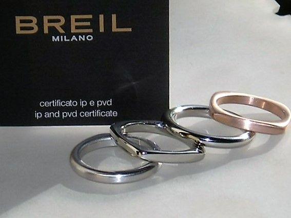 Varenummer : 190022 Utrolig Smuk og Meget Elegant Designer Ring fra Breil i To Tonet Stainless Steel, Prydet m. 8 Funklende Swarovski Crystaller. Ringen kan bæres samlet eller hver for sig da det er 4 ringe der er sat sammen. Designer : Breil Materiale : Stainless Steel Krystaller : Swarowski Krystaller i alt : 8 Stk. Ringens Bredde : 13 mm Ringens Højde : 3 mm Ringens Vægt : 18 g Ringens Str. : 57