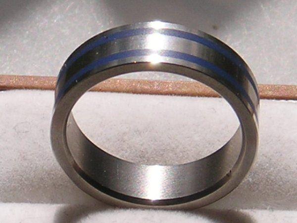 Titanium Ring i Moderne Design m. Blå Striber.