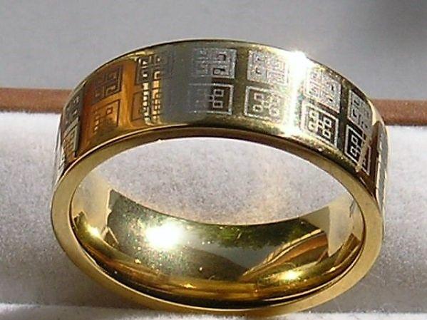 Varenummer : 190008 Flot og Anderledes Sej Titanium Ring, Prydet m. Moderne Mønster m. 18 Karat guld. Materiale :Titanium Guld : 18 Karat Ringens Bredde : 8 mm Ringens Vægt : 3,2 g Ringens Str. : 63,6 20,2 mm i indv. Diameter.