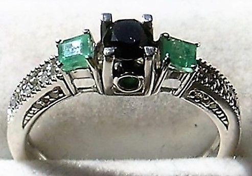 Sort Diamant Ring m. Smaragder i 14 Karat Hvidguld.