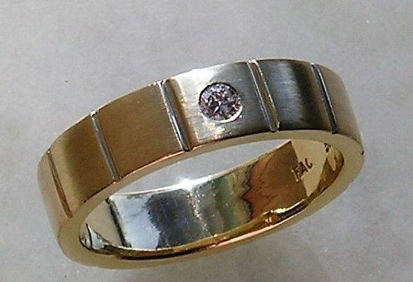 Håndlavet Satineret Herre Ring i Guld m. 0,05 carat Diamant.