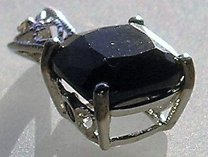 Cushion Slebet Sort Onyx Vedhæng i Hvidguld m. Amethyst og Diamant.