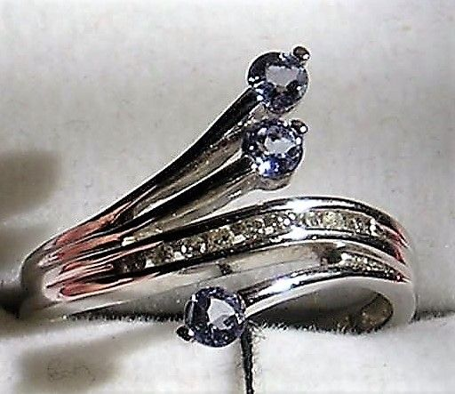 Tanzanite og Diamant Ring i Hvidguld.