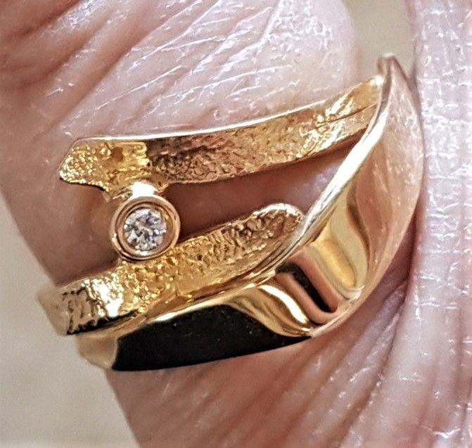 Toftegaard Diamant Ring i Hamret/Blank Guld.