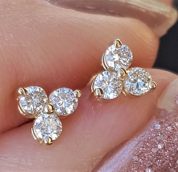 Varenummer : 390012 Super Smukke 14 Karat Guld Øreringe i Triangel Design m. 3 Funklende Diamanter i God Kvalitet i Hver Ørering, Total 6 Stk. på i alt 0,30 carat. Disse Øreringe Skal SES. !!! Flere Billeder kan Mailes. Guld : 14 Karat Diamanter i alt : 6 Stk. Diamanters carat i alt : 0,30 carat Diamanters Kvalitet : SI 1 - SI 2 Diamanters Farve : H - I - J Meget Funklende Diamanters Diameter pr. Stk. : 2,2 mm Diamant Øreringenes Diameter : 5,13 mm Kronens Højde : 3 mm Diamant Øreringenes Vægt : 0,7 g
