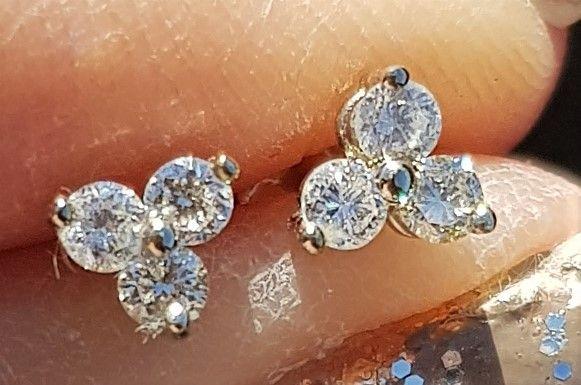 Triangle Diamant Øreringe i 14 Karat Guld m. Total 0,30 Carat Diamanter.