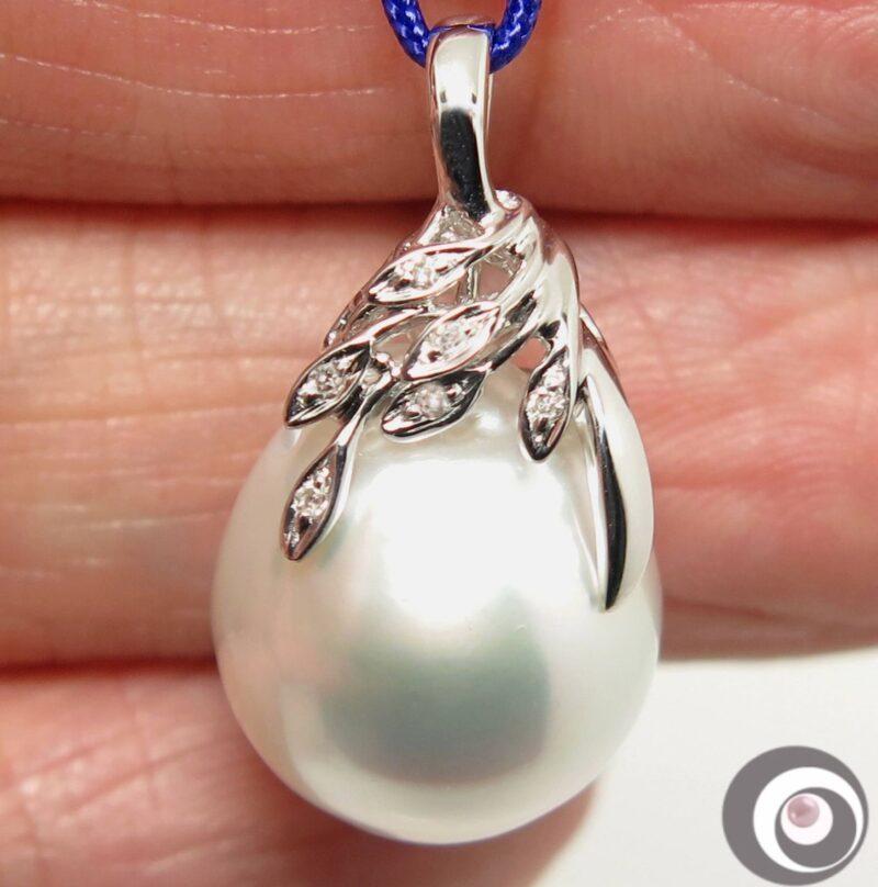 Hvid South Sea Perle m. Diamanter i 14 Karat Hvidguld.