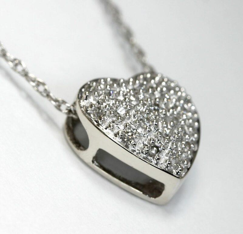 Fyldt Diamant Hjerte i 14 Karat Hvidguld.