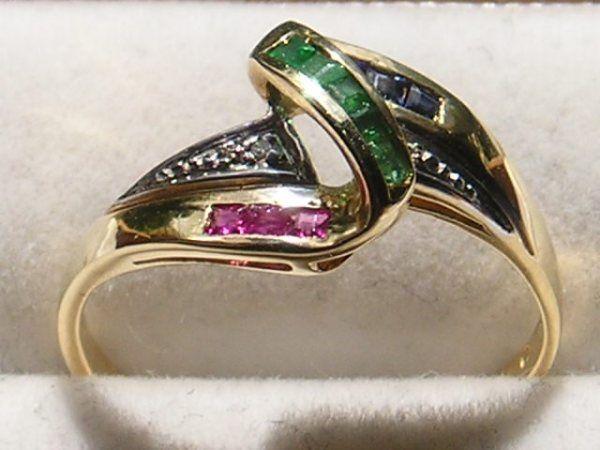 Virkelig Yndig og Feminin 14 karat Guld Ring m. Funklende Rubiner, Safirer, Smaragder og Diamanter. Guld : 14 Karat Smaragder : 5 stk. Smaragders Carat i alt : 0,11 Carat Smaragders Farve : Grønne Rubiner i alt : 3 Stk. Rubiners Carat i alt : 0,06 Carat Rubiners Farve : Røde Safirer i alt : 3 stk. Safirers Carat i alt : 0,10 Carat Safirers Farve : Midnats Blå Diamanter i alt : 2 Stk. i Accent. Diamanternes Carat i alt : 0,02 Carat Diamanternes Kvalitet : Accent Ringens Vægt : 2,3 g Ringens Str. : 55
