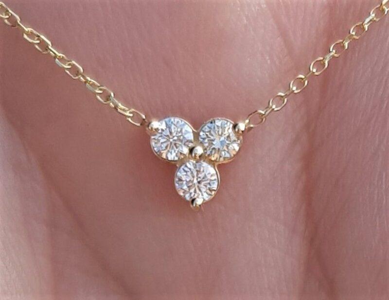 Triangle Diamant Vedhæng m. Fast Kæde i 14 Karat Guld m. Total 0,15 carat.