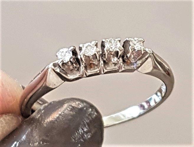 Diamant Række Ring i 14 Karat Hvidguld m. Fire Diamanter.