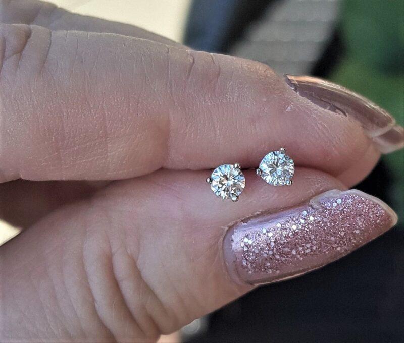 Solitaire Diamant Øreringe i 14 Karat Hvidguld på Total 0,50 carat Sat i Martini Design.