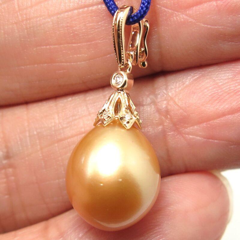 Oplukkelig Gylden South Sea Perle Vedhæng i 14 Karat Guld m. Diamanter.